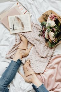 Kaboompics - flowers bouquet - legs - book