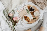 Pink rosses - croissant - coffee - white bedding