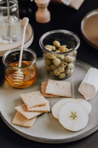 Kaboompics - Healthy snacks - crispbread - apple - olives