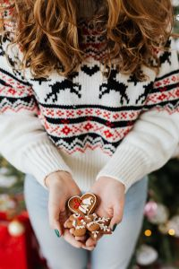 Kaboompics - The woman in the Christmas sweater holds gingerbread
