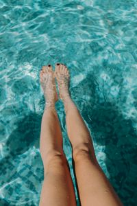 Kaboompics - Women's legs in the pool