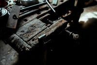 Kaboompics - Old vise in a workshop