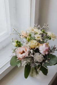 Kaboompics - A small pastel bouquet in a glass vase