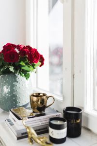Kaboompics - Gold cup of coffee and red roses bouqet