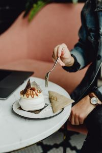 Kaboompics - Meringue with whipped cream and coffee on white marble