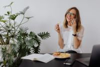 Kaboompics - Businesswoman eats at work hamburger and fries