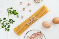 Kaboompics - Pasta - garlic - eggs - parsley - bacon - carbonara