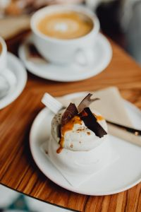 Kaboompics - Meringue with chocolate and caramel topping