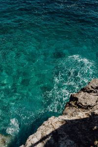 Kaboompics - Beautiful turquoise water crashing into rocks