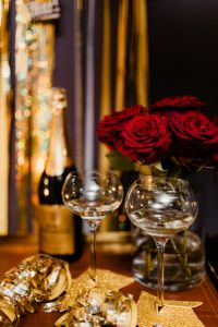 Kaboompics - New Year's Eve party - wine glasses, red roses