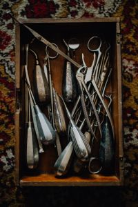 Kaboompics - Old surgical instruments