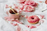 Kaboompics - Pink rosses - Coffee - Donut