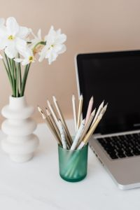 Kaboompics - Laptop - pencils & white flowers on marble table