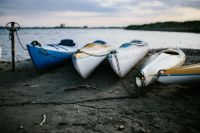 Kaboompics - Kayaks moored on the shore