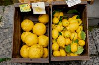 Kaboompics - Lemons in wooden boxes