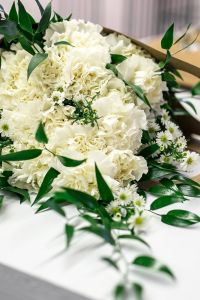Kaboompics - Beautiful bouquet of white flowers on a table