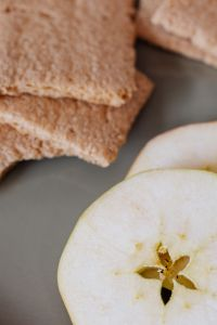 Kaboompics - Crispbread and apple