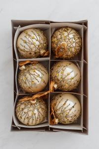 Kaboompics - Golden baubles - Christmas decorations