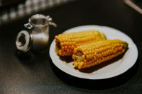 Kaboompics - Corncobs on a plate