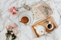 Kaboompics - Pink rosses - cinnamon rolls - coffee - white bedding