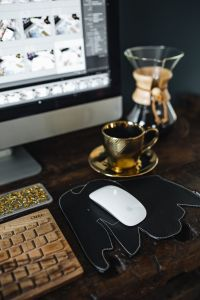 Kaboompics - Cup of coffee, Chemex, keyboard, iMac computer, mouse