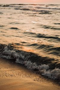 Kaboompics - Sea waves by sunset